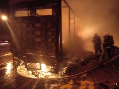 慘!貨車拋錨準備上拖吊車 突然竄火燒光光