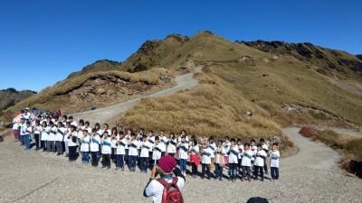 4校學童攀登合歡山 沿途撿垃圾、登頂合奏直笛