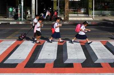酷!泰小學前「3D斑馬線」像走在空中 駕駛錯覺降速減少車禍