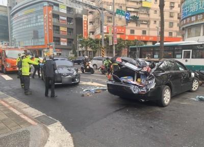 徒手翻正事故車 恐讓車主付更多修車費