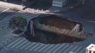 豆腐渣工程? 廣州市地鐵施工區赫見「天坑」 傳3人2車跌落