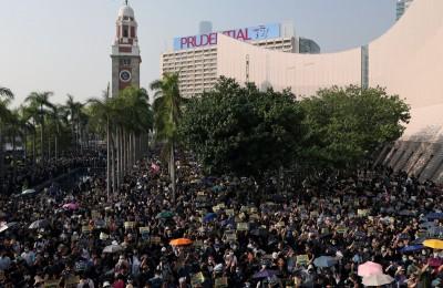 港38萬人遊行籲「毋忘初心」 警發催淚彈胡椒球彈
