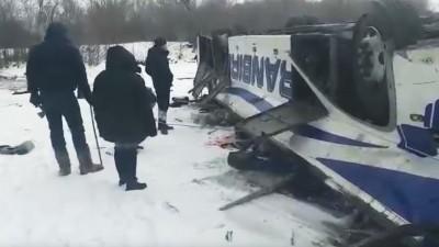 俄公車爆胎翻落結凍河面 車廂壓扁已知19死