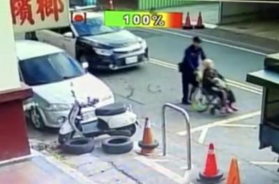老婦自推輪椅摔傷 員警下車推400公尺送她回家