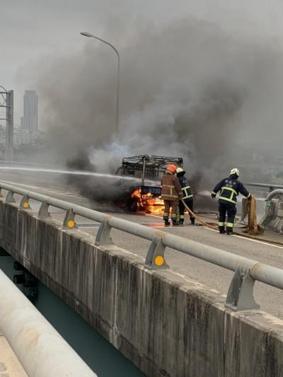 台64線驚見火燒車 貨車陷火海