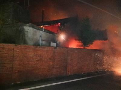 苑裡三合院突竄大火 烈焰沖天如白晝