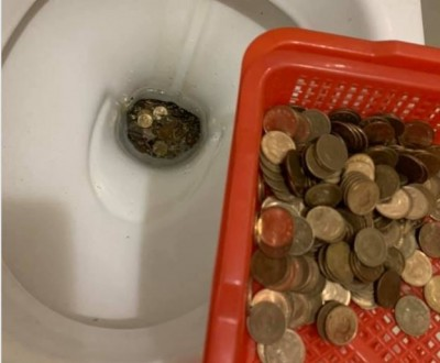 太兩難! 手滑讓1元零錢全掉進馬桶 他急求助網友想辦法