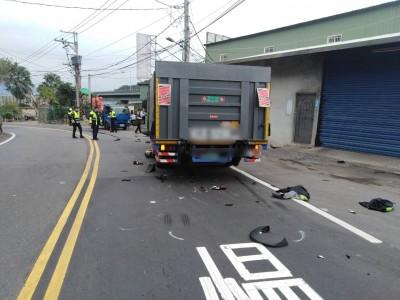驚險!男騎重機山路衝撞對向大貨車 捲入車底卡底盤命危