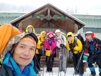 雪山冬雪紛飛一整天 山友分享三六九山莊雪景