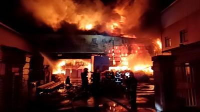 台南永康工廠大火持續悶燒 42輛消防車漏夜灌救