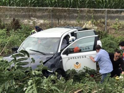 中市警押送犯嫌 警車國道1號自撞翻落邊坡3人傷