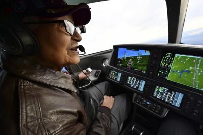 超狂!美退役空軍上校慶百歲大壽 駕駛噴氣機翱翔天際