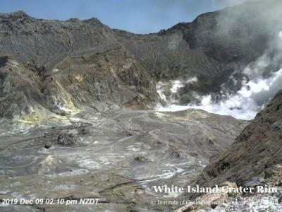紐西蘭火山爆發前 攝影機拍到一群人在火山口...