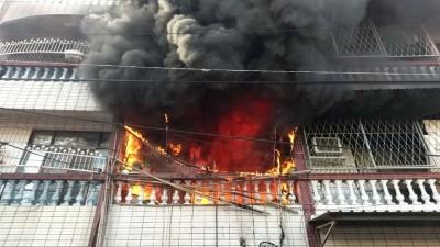 台南關廟民宅火警 18部消防車趕往灌救