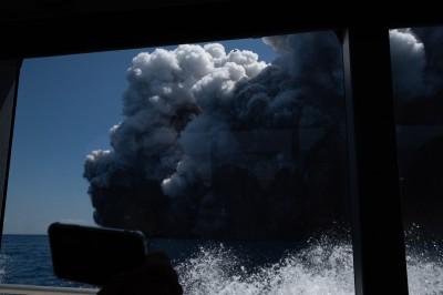 毒煙幾乎吞噬船隻!紐西蘭火山爆發遊客逃亡影片曝光