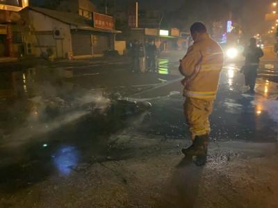 79歲翁半夜開車追撞 釀成火燒機車