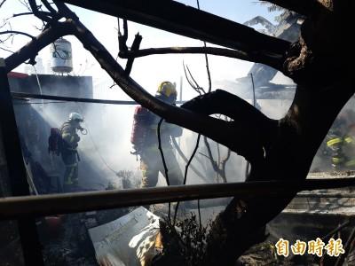 台東市大同路海濱平房區火警 大批消防車滅火