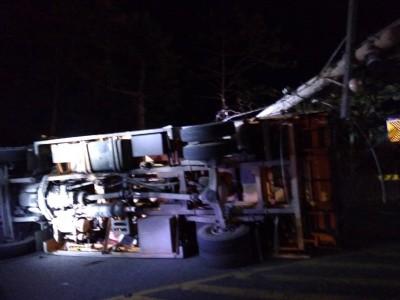 阿里山公路大貨車翻覆 造成1死1傷