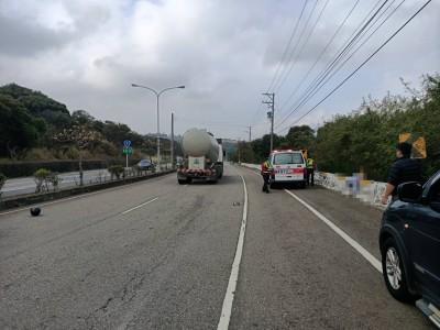 離奇車禍!機車遠在百米外 下班騎士身掛護欄慘死