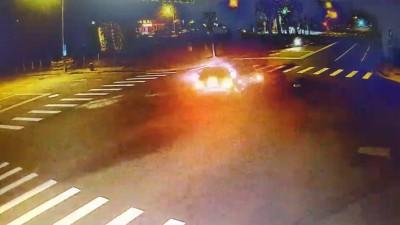 古董車「老咪」夜遊擦撞3人傷 撞擊驚險畫面曝光!
