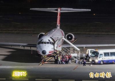 遠航停飛》最後航班抵桃機 地勤、機組員合影留念