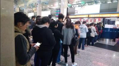遠航停飛》馬公機場出現退票人龍 網友籲:別罵第一線地勤