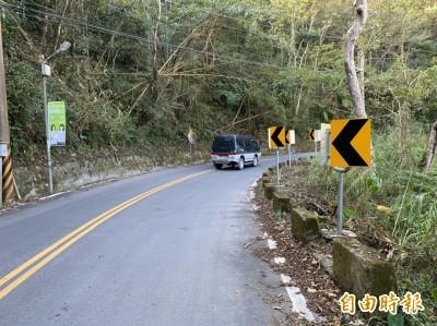 這裡反光標誌好傻眼!駕駛:難道要人去撞山?