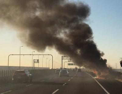 國道轎車被大火吞噬 4人跳車逃命