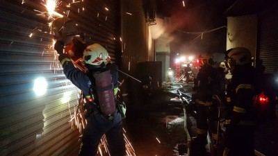 五股連棟鐵皮工廠火警 百名消防員趕抵搶救