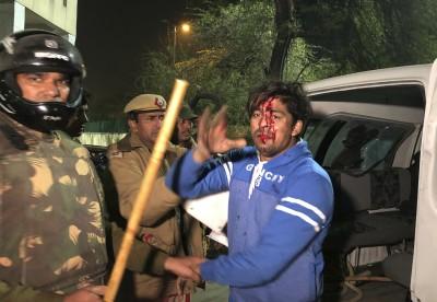 聲援穆斯林難民! 印度大學生反「公民身份法」 遭警催淚彈攻擊