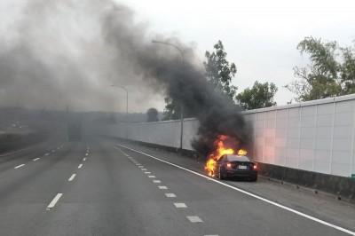 行駛國道突「砰」一聲 BMW車頭陷火海燒成廢鐵