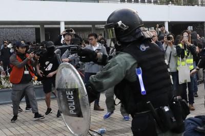 香港「聲援維族」集會爆衝突 港警拔槍、記者眼部掛彩