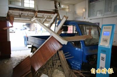 小貨車衝撞  苗栗大山火車站半毀