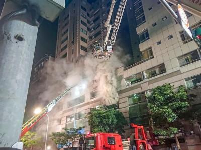 北市商業大樓狂燒一夜 疑鋰電池爆炸傷9名消防員