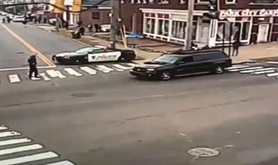 超人是你?休旅車失控衝向學生 警察跑步追上用手拉住車輛
