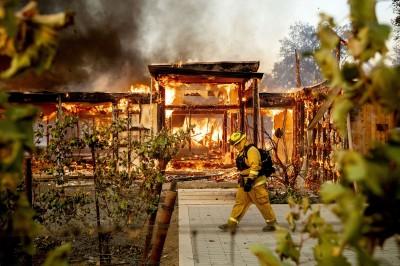 全家7口遇火災父親勇救3人 想再救2女兒卻一同葬身火窟