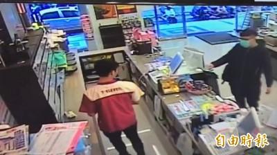 收到「詐騙包裹」跑到取貨超商要求退錢 店員無奈:請去報警!