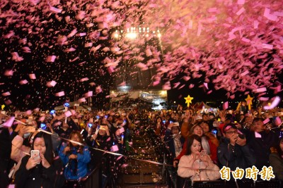 浪漫!桃園跨年晚會狂下「粉紅雪花」 光劍迎接2020