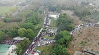 紫南宮元旦首發9萬個鼠年錢母 排隊人龍綿延8公里