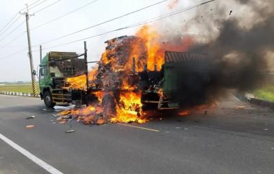 台南後壁大貨車行進中起火 司機逃命、貨物付之一炬