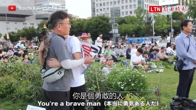 打破隔閡靠擁抱!日本人在反日集會矇眼Free Hugs感動百萬網友