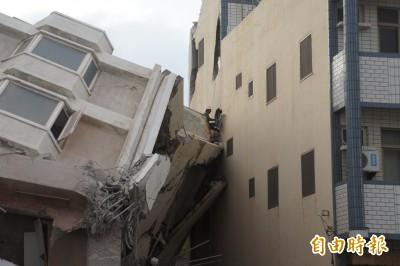 澎湖海豚灣飯店拆除 砰!撞破隔壁透天厝…