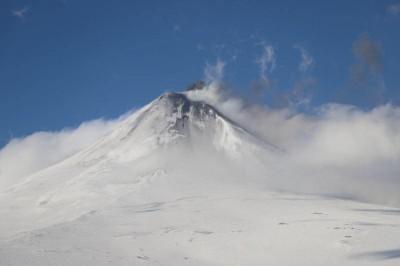 阿拉斯加火山爆發 灰燼衝高2萬英尺引飛安警報