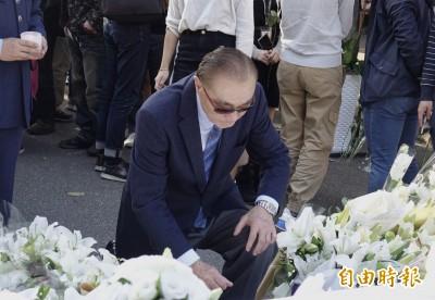 黑鷹失事》悼念8名罹難將士  馮世寬「單膝跪姿」獻花