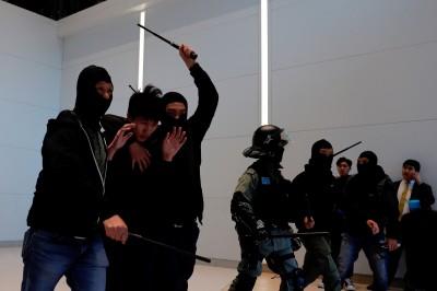 香港人反抗》前警員脫下制服、力挺抗爭者:願站在公義這邊
