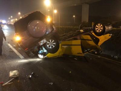計程車國道翻覆釀禍 運將99歲母親身亡、妻送醫!