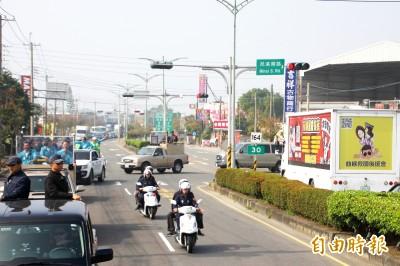 蔡英文嘉義車隊掃街 巧遇網紅「小商人」宣傳車