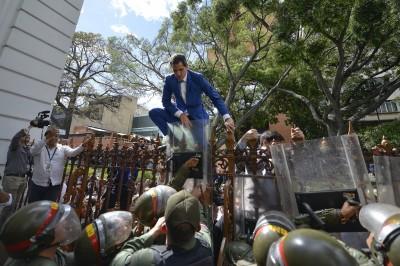 委內瑞拉議長鬧雙胞! 議場遭總統封鎖 場外爆激烈衝突