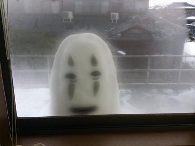 起床驚見窗外「無臉男」凝視 他「驚喜之作」反嚇壞老媽