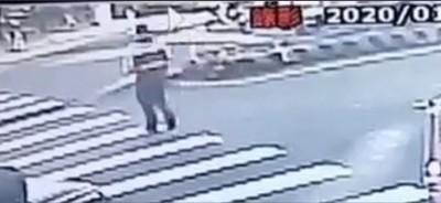 斑馬線變虎口!消防隊員慘被貨車撞成重傷 驚悚畫面曝光